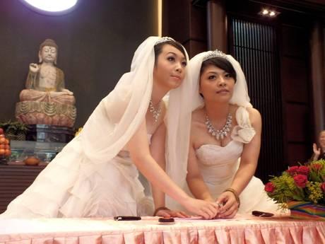 Prime nozze lesbiche con rito buddista