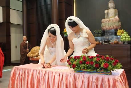 Prime nozze lesbiche con rito buddista 2