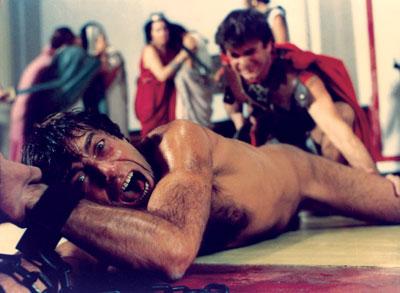 Il giovine Caligola mentre sta per essere inculato per forza dai suoi pretoriani