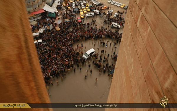 Lanciati dai tetti, lapidati e crocifissi: ecco come Isis punisce ladri, gay e adultere