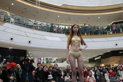 Modelle cinesi sfilano in lingeria. La sfilata a Wanzhou