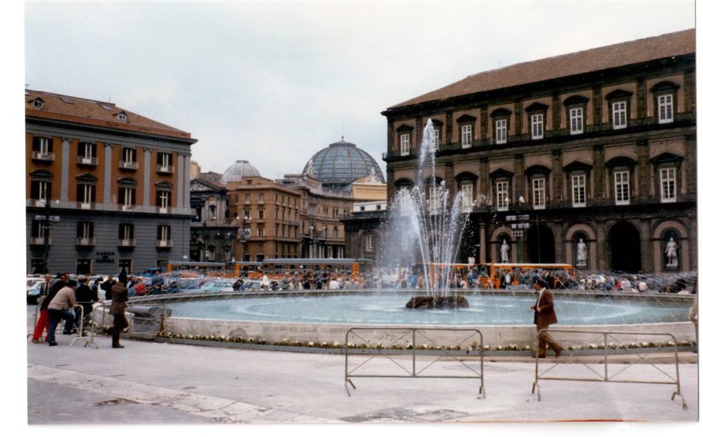 Napoli, Immagine della fontana a Piazza Plebiscito, 1985