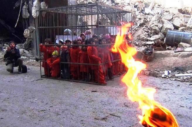 Foto Shock: una gabbia piena di bambini innocenti per protestare sulle stragi dell' isis