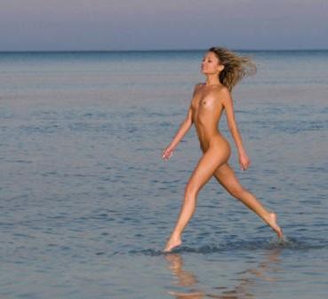 """Dal Lago di Garda alla Valpolicella, approvata la legge che crea le """"riserve"""" per nudisti"""
