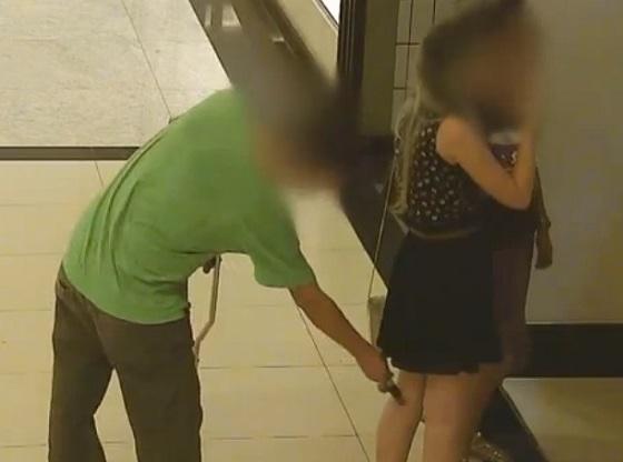 Uomo scoperto mentre con il suo iPhone fotografava le parti intime di una donna in un supermercato