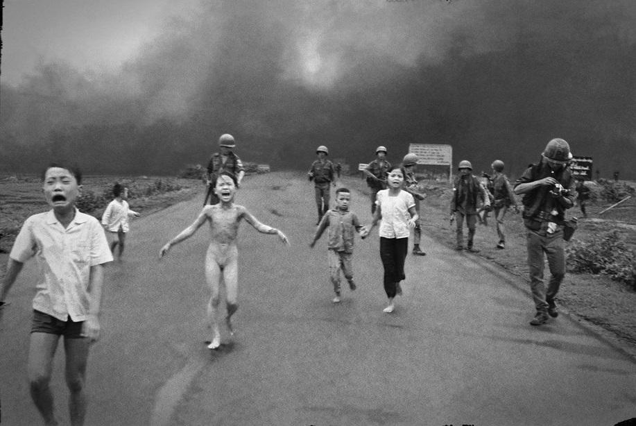 """LA FOTO GIORNALISTICA PIU' """"BELLA"""" MAI REALIZZATA - Guerra nel Vietnam, bomba atomica"""