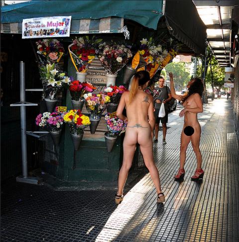 Nude a Buenos Aires. Si chiamano Paula e Itania sono due modelle specializzate nudo artistico