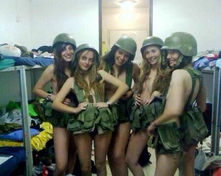 Dal fucile alla lingerie: tutte le soldatesse israeliane in salsa sexy