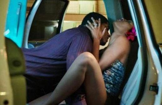 La moglie e l'amico fanno sesso in auto e il marito guarda: arriva la polizia