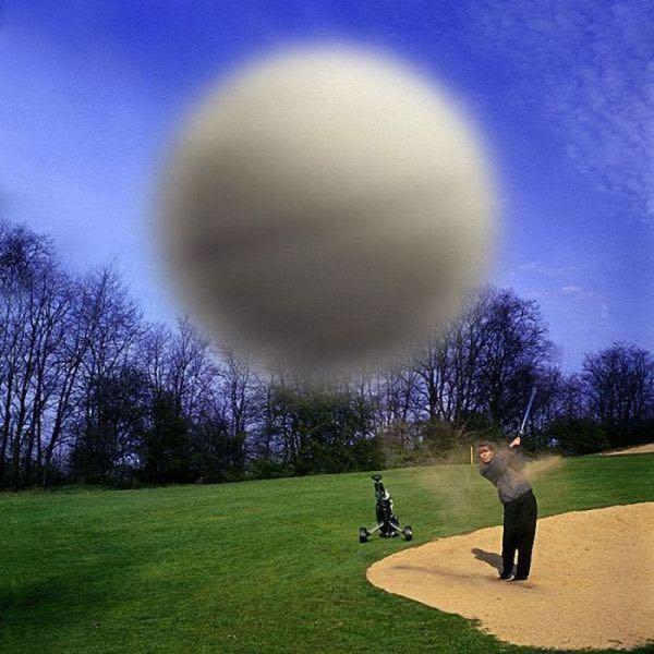 Il momento precedente la distruzione di una fotocamera a mezzo pallina da Golf