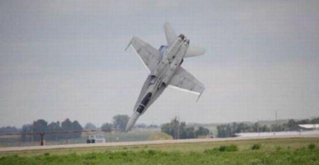 Un aeroplano poco prima dello schianto