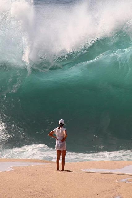 Osservare le onde del mare da vicino può risultare molto pericoloso