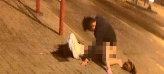 Una coppia è stata immortalata, ripresa dai telefoni dei passanti, mentre facevano sesso in strada