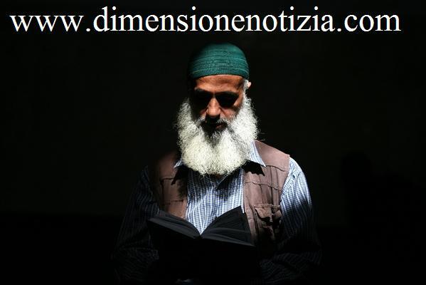 Tempo di Ramadan: Lettura del corano in una moschea -