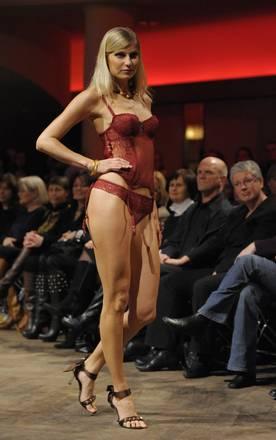 A Berlino, in pedana, lingerie sexy - 'Korpernah' il brand