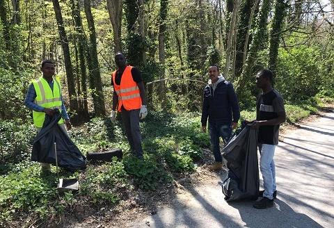 I richiedenti asilo del Cat Hotel Sammartino al lavoro per raccogliere i rifiuti ad Agnone - IS