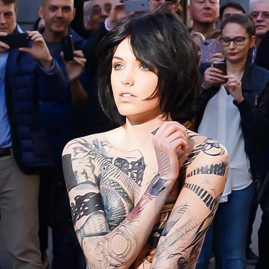Milano, una ragazza nuda e tatuata esce da un borsone
