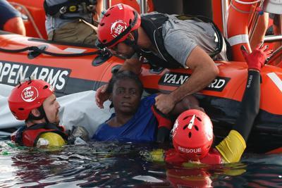 Volontari di Proactiva Open Arms salvano una migrante superstite guardate gli occhi