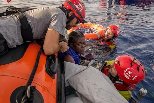 Volontari di Proactiva Open Arms salvano una migrante superstite guadate gli occhi