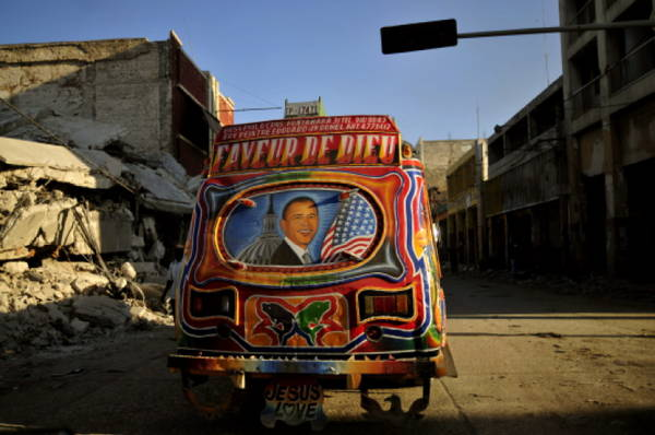 Un autobus con l'immagine di Obama, tra le macerie di Haiti -