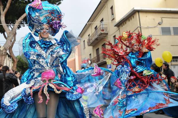 Carnevale, Viareggio: apertura in omaggio al Mondo -