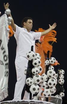 Impazza il Carnevale, Ronaldo sfila a San Paolo -