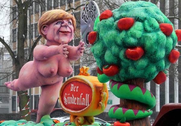 Ogni Paese ha il suo Carnevale: a Dusseldorf sfila la Merkel -