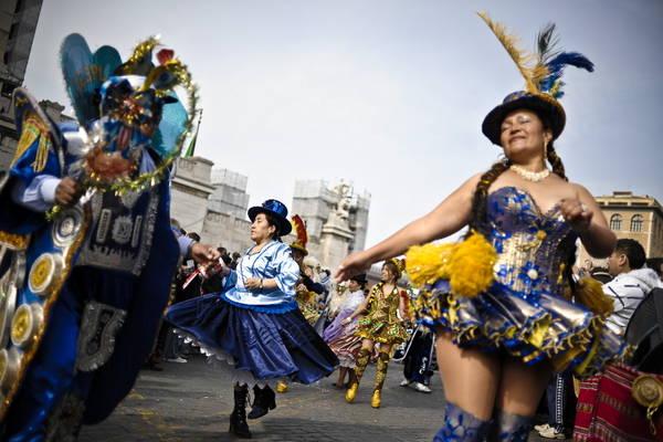 Roma: un momento della sfilata del carnevale sudamericano -
