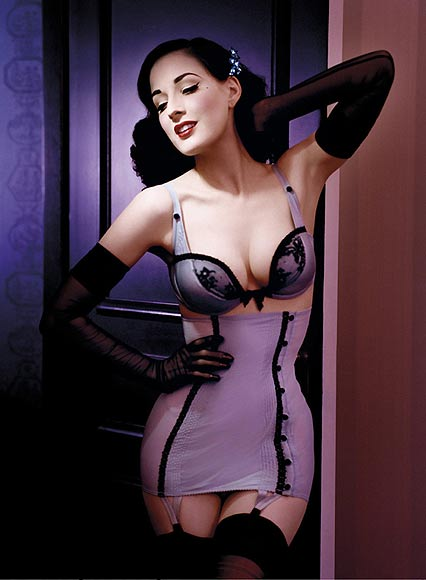 Sulle passerelle sfila lingerie ispirata alla moda Anni '50. Di nuovo in auge pin up e reggicalze -