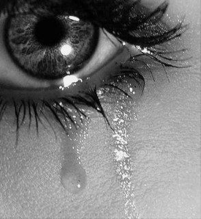 Bacia gli occhi della tua donna se sono velati di lacrime