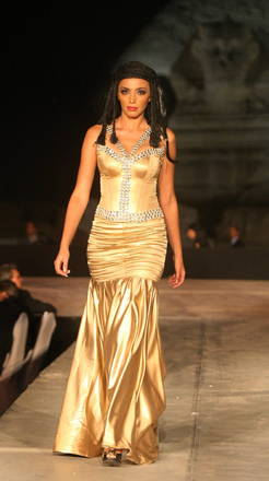 Moda in Egitto, ai piedi della Sfinge, un abito di 'Dagher' -