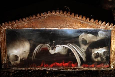 Una suggestiva immagine scattata nel cimitero delle Fontanelle a Napoli -