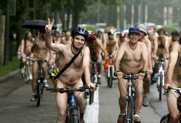Nudi a Madrid... per incoraggiare l'uso della bici in citta' -