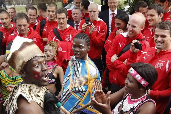 Mondiali: Svizzera accolta in Sudafrica da danzatori locali -