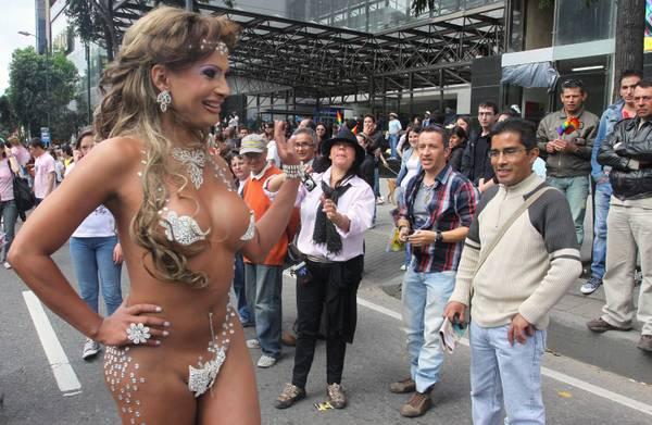 Bogota: membro della comunita' omosex al Gay Pride Parade -