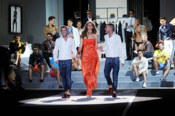 Milano, Bianca Balti con gli stilisti 'DSQUARED' in pedana -