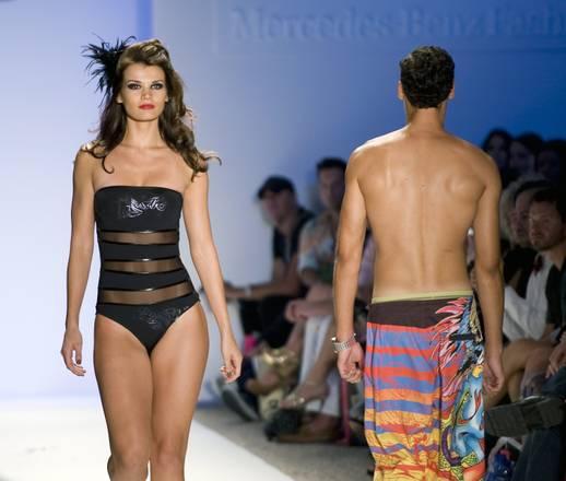 Righe orizzontali per Ed Hardy swimwear 2011 a Miami -