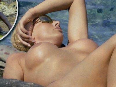 La showgirl tedesca ha scelto gli scogli di Ponza per dare una bella accelerata alla sua abbronzatur
