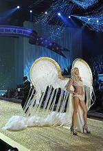Le top model del momento in passerella con la celebre lingerie -