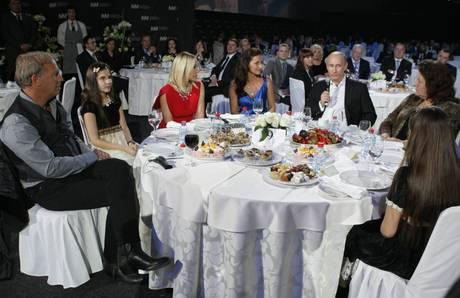Il premier russo Vladimir Putin al tavolo con Ornella Muti e Kevin Costner - San Pietroburgo -
