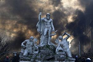 Un momento degli scontri tra manifestanti e polizia a Roma -