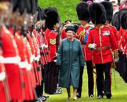 La regina Elisabetta festeggia i 50 anni del suo regno nell'aprile del 2002 -