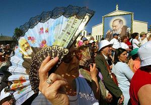 Migliaia fedeli festeggiano la canonizzazione di Padre Pio a San Giovanni Rotondo il 16 giugno 2002