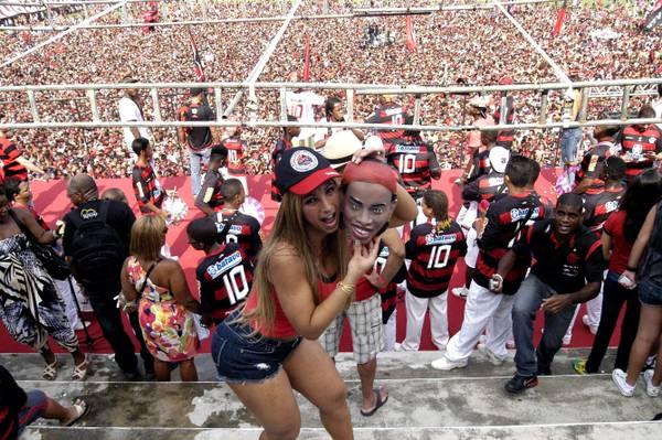 Una ragazza tra la folla alla presentazione di Ronaldinho 12.01.2011 -