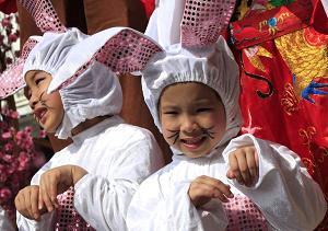 Bambini vestiti da conigli si preparano al Festival di Primavera a Hong Kong in Cina -