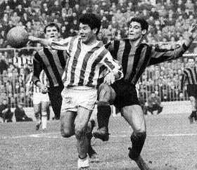 Omar Sivori contrastato da un difensore interista in uno Juventus-Inter del 1962 -