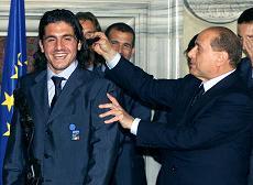 Gennaro Gattuso tirato affettuosamente per i capelli dal premier Silvio Berlusconi -