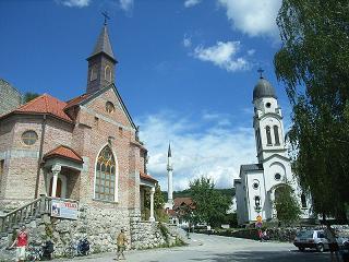 Bosanska Krupa - moschee, chiese cristiane ed ortodosse insieme -