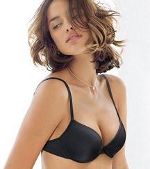 Le top model in passerella a Milano con la celebre lingerie -