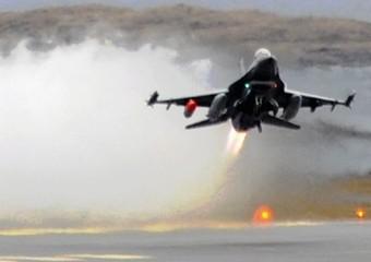 Un F16 norvegese in volo verso la Sicilia -